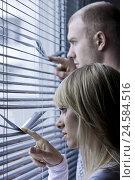 Купить «Couple, young, view, Venetian blind, page portrait,», фото № 24584516, снято 18 марта 2009 г. (c) mauritius images / Фотобанк Лори