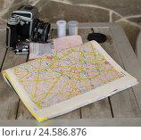 Атлас, паспорт и фотокамера лежат на столе (2015 год). Редакционное фото, фотограф Соколов Дмитрий / Фотобанк Лори
