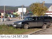 Купить «Автомобили стоят на газоне», фото № 24587208, снято 24 сентября 2016 г. (c) Александр Цуркан / Фотобанк Лори