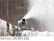 Купить «Рабочий контролирует работу снежной пушки», фото № 24587232, снято 3 декабря 2016 г. (c) Александр Цуркан / Фотобанк Лори