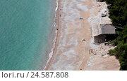 Пустой нудистский пляж рядом с пляжем Яз (Jaz) в Черногории. Вид сверху (2016 год). Стоковое видео, видеограф Кекяляйнен Андрей / Фотобанк Лори