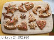 Купить «Gingerbread, decorates, motifs, passed away, crumble, wooden springboard, biscuits, xmas, Christmas tree hangings, sweets, nibble, Christmas joy, stars...», фото № 24592980, снято 15 декабря 2010 г. (c) mauritius images / Фотобанк Лори