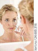 Купить «Woman, young, mirror, reflection, make-up, eyelash curler, mirror image,», фото № 24600316, снято 26 мая 2018 г. (c) mauritius images / Фотобанк Лори