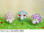 Рукодельные игрушечные овечки на поле (2014 год). Редакционное фото, фотограф Евгений Беляев / Фотобанк Лори