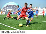 Мальчишки играют в футбол на Поклонной горе в Москве (2014 год). Редакционное фото, фотограф Free Wind / Фотобанк Лори