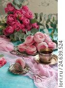Чаепитие с зефиром и винтажной посудой. Стоковое фото, фотограф Julia Ovchinnikova / Фотобанк Лори