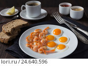 Купить «Жареные перепелиные яйца с креветками», фото № 24640596, снято 5 октября 2016 г. (c) Сергей Вольченко / Фотобанк Лори