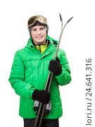 Счастливый мальчик в зеленой куртке с лыжами, изолировано на белом фоне. Стоковое фото, фотограф Юлия Кузнецова / Фотобанк Лори