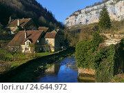 Небольшая речка проходит через деревню Baume-les-Messieurs. Франция (2016 год). Стоковое фото, фотограф Alexander Tihonovs / Фотобанк Лори