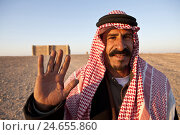 Купить «Jordan, wild lock Qasr Kharana, man with traditional headscarf, friendly, wave, portrait,», фото № 24655860, снято 19 июля 2019 г. (c) mauritius images / Фотобанк Лори