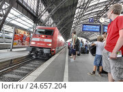 Купить «Germany, North Rhine-Westphalia, Cologne, central station, train, platform, travellers,», фото № 24657204, снято 22 августа 2018 г. (c) mauritius images / Фотобанк Лори