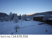 Купить «Germany, Upper Bavaria, castle Elmau, adjoining building, winter, daybreak, Bavaria, Werdenfels, mountain landscape, mountains, wood, trees, environment...», фото № 24678556, снято 17 января 2008 г. (c) mauritius images / Фотобанк Лори