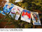 Старые открытки на елке, Рождественская ярмарка в Москве (2015 год). Редакционное фото, фотограф Елена Корнеева / Фотобанк Лори