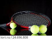 Теннисная ракетка и мячи для игры в теннис на черном фоне. Стоковое фото, фотограф Харкин Вячеслав / Фотобанк Лори