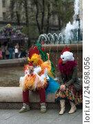 Аниматоры в ярких костюмах петуха и  курицы сидят у фонтана и разговаривают, фото № 24698056, снято 1 мая 2016 г. (c) Эдуард Паравян / Фотобанк Лори