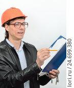 Прораб в защитных очках и каске с папкой документов и карандашом в руке. Стоковое фото, фотограф VIACHESLAV KRYLOV / Фотобанк Лори