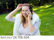 Купить «Женщина с мобильным телефоном», фото № 24706564, снято 2 октября 2016 г. (c) Ольга Марк / Фотобанк Лори
