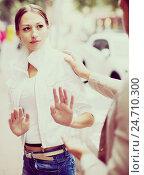 Купить «Boring male person accosting to young female», фото № 24710300, снято 27 февраля 2020 г. (c) Яков Филимонов / Фотобанк Лори
