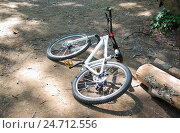 Купить «Велобайк лежит на земле», эксклюзивное фото № 24712556, снято 5 июня 2012 г. (c) Алёшина Оксана / Фотобанк Лори