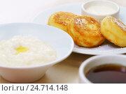 Купить «Завтрак с рисовой кашей и сырниками», фото № 24714148, снято 14 декабря 2016 г. (c) Гурьянов Андрей / Фотобанк Лори