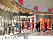 Вход в магазин H&M в торговом центре Jumbo во время Рождественских праздников. Хельсинки, Финляндия (2016 год). Редакционное фото, фотограф Кекяляйнен Андрей / Фотобанк Лори