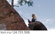 Girl taking selfie using smartphone in mountains. Стоковое видео, видеограф Илья Насакин / Фотобанк Лори