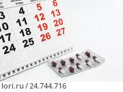 Купить «Таблетки в блистере и календарь», фото № 24744716, снято 6 декабря 2016 г. (c) Наталья Осипова / Фотобанк Лори