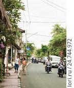 Травмированная женщина турист гуляет с сопровождающим по улицам тропического городка, фото № 24744972, снято 5 ноября 2008 г. (c) Эдуард Паравян / Фотобанк Лори