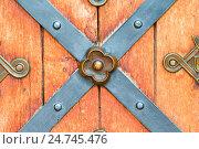 Купить «Окованные деревянные двери», фото № 24745476, снято 10 июня 2016 г. (c) Дмитрий Травников / Фотобанк Лори