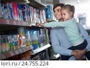 Купить «Мужчина с дочерью на руках выбирает сок в магазине», фото № 24755224, снято 8 марта 2016 г. (c) Татьяна Яцевич / Фотобанк Лори