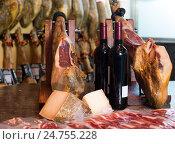 Купить «Хамон, бутылки вина и сыр на прилавке в магазине», фото № 24755228, снято 16 октября 2018 г. (c) Татьяна Яцевич / Фотобанк Лори
