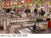 """Купить «Предновогодний супермаркет """"Ашан"""". Кассовые ряды», эксклюзивное фото № 24765008, снято 21 декабря 2016 г. (c) Юрий Морозов / Фотобанк Лори"""