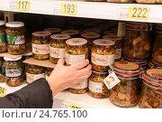 Купить «Прилавки с товарами в супермаркете Ашан», эксклюзивное фото № 24765100, снято 21 декабря 2016 г. (c) Юрий Морозов / Фотобанк Лори