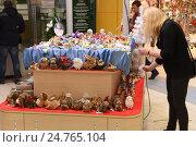 Купить «Прилавок с новогодними игрушками и сувенирами», эксклюзивное фото № 24765104, снято 21 декабря 2016 г. (c) Юрий Морозов / Фотобанк Лори