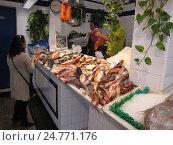 Купить «Рыбный рынок. Город Тарифа, Испания», фото № 24771176, снято 15 октября 2010 г. (c) Ирина Климкович / Фотобанк Лори