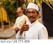 Портрет улыбающегося позитивного балийского мужчины с поднятым пальцем вверх в виде знака - всё очень хорошо, фото № 24771456, снято 11 ноября 2008 г. (c) Эдуард Паравян / Фотобанк Лори