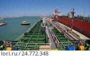 Time Lapse судно заходит в порт и швартуется к причалу. Стоковое видео, видеограф Андрей Воробьев / Фотобанк Лори