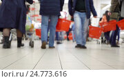 African American on shopping in the mall in blur. Concept shopping mall. Стоковое видео, видеограф Vladimir Botkin / Фотобанк Лори