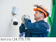 Купить «Technician worker installing video surveillance camera on wall», фото № 24775176, снято 22 декабря 2016 г. (c) Дмитрий Калиновский / Фотобанк Лори