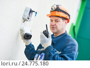 Купить «Technician worker installing video surveillance camera on wall», фото № 24775180, снято 22 декабря 2016 г. (c) Дмитрий Калиновский / Фотобанк Лори
