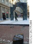 Купить «Москва, улица Арбат. Памятник Булату Окуджаве», эксклюзивное фото № 24775884, снято 16 декабря 2016 г. (c) Елена Коромыслова / Фотобанк Лори