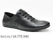 Купить «Спартивный ботинок чёрного цвета из кожи на светлом фоне», эксклюзивное фото № 24775940, снято 9 ноября 2016 г. (c) Игорь Низов / Фотобанк Лори