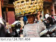 Купить «Жизнь бедной азиатской женщины на улице с тяжёлой корзиной на голове», фото № 24781404, снято 11 ноября 2008 г. (c) Эдуард Паравян / Фотобанк Лори