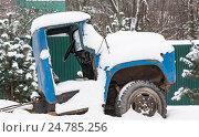 Купить «Старый автомобиль, покрытый снегом», фото № 24785256, снято 17 декабря 2016 г. (c) Дмитрий Брусков / Фотобанк Лори