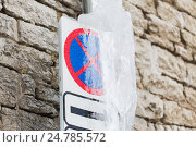 Купить «ice-covered no stopping road sign over wall», фото № 24785572, снято 11 ноября 2016 г. (c) Syda Productions / Фотобанк Лори