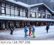 Горнолыжный курорт Роза Хутор, люди с лыжами и сноубордами, зимние каникулы, фото № 24787336, снято 23 декабря 2016 г. (c) DiS / Фотобанк Лори