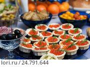 Тарталетки с икрой на празднично сервированном столе. Стоковое фото, фотограф Игорь Низов / Фотобанк Лори