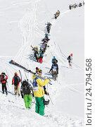 Горнолыжники и сноубордисты поднимаются пешком на гору для фрирайда, фото № 24794568, снято 9 марта 2014 г. (c) А. А. Пирагис / Фотобанк Лори