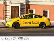 """Купить «Желтый автомобиль """"Яндекс такси"""" на Народной улице. Таганский район. Москва», эксклюзивное фото № 24798256, снято 7 декабря 2016 г. (c) lana1501 / Фотобанк Лори"""