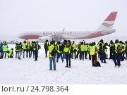 Купить «Споттеры на фоне самолета Ту-204 (бортовой RA-64020) авиакомпании Red Wings в Домодедове», эксклюзивное фото № 24798364, снято 14 декабря 2016 г. (c) Alexei Tavix / Фотобанк Лори